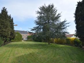 Dit statige herenhuis en voormalige dokterswoning is gelegen in het centrum van Nevele met grote Zuidgerichte tuin, op een riant perceel van 1.277 m&s
