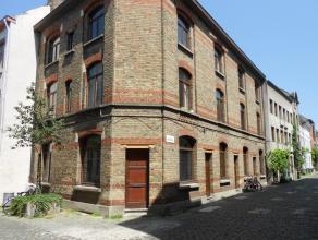 Centraal gelegen lichtrijke hoekwoning met 2 slaapkamers en een bureelruimte in de historische binnenstad in het Patershol, op wandelafstand van de wi