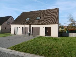 Recente half-open woning met 3 slaapkamers en garage, gelegen in een rustige verkaveling. Vlotte verbinding naar het centrum van Deinze en het station