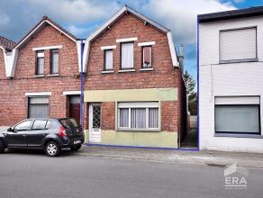Bent u op zoek naar een woning die uw opknappende handen vraagt? Dan wacht deze eigendom met veel mogelijkheden en volume alvast vol ongeduld op uw ko