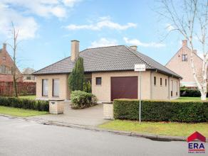 Deze bungalow is gelegen in een prachtige woonwijk te Wondelgem. Het is aangenaam vertoeven in deze kindvriendelijke buurt. U komt binnen in een ruime