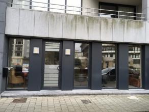In het centrum van Gent bevindt zich dit gelijkvloers handelspand!Indeling:Ruime open ruimte met achteraan een kitchenette en apart toilet met lavabo.