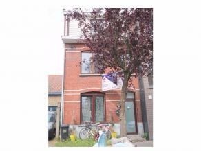 Grotendeels gerenoveerde woning in een rustige eenrichtingsstraat.<br /> Deze woonst betreft een aangename gezinswoning met op het gelijkvloers de ink