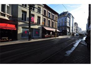Casco handelspand gelegen op toplocatie met veel passage, en in het verlengde van de Veldstraat. Ruime vitrine, grote winkelruimte met achteraan terra