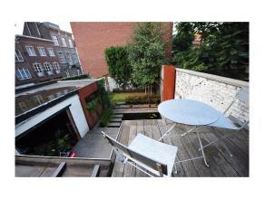 Deze ruime herenwoning met 4 slaapkamers en een stadstuin bevindt zich op een goede locatie binnen de kleine ring van Gent. Centrum Gent bevindt zich