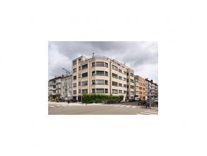 Dit lichtrijk appartement, gelegen op de tweede verdieping met zijn grote ruimtes bied tal van mogelijkheden. Centraal gelegen en schitterende bereikb