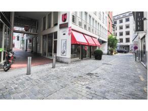 Dit handelspand bevindt zich vlakbij Mageleinstraat, Henegouwenstraat,... . Het is voorzien van een zeer grote etalage van gelaagd glas (inbraakvrij)