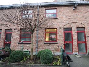 Deze woning is centraal gelegen op wandelafstand van het Gentse stadscentrum en vlakbij de belangrijkste verkeersaders rond Gent. U komt deze praktisc