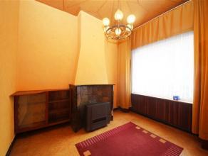 Deze te renoveren woning beschikt over 4 slaapkamers en een ruime zolder. Op het gelijkvloers is er een voorkamer, woonkamer, keuken, badkamer aanwezi