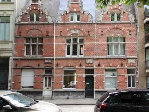 Deze prachtige woning bevindt zich op 5 minuten van het centrum van Gent, op enkele stappen van alle belangrijke verkeersassen (E17, E40) en op enkele