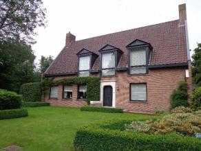 Heel goed onderhouden villa gelegen in een residentiële rustige verkaveling. Inkomhal, vestiaire, gastentoilet, woonkamer met veel lichtinval, ga
