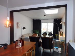 Aangename gezinswoning bestaande uit inkom, keuken aan de straatkant, ruime woonkamer met veel lichtinval en schuifraam naar stadstuin. Vanuit de gang