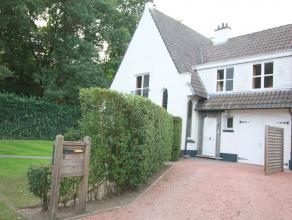 Deze charmante instapklare villa (HOB) is rustig gelegen, aan een pijpekop (palend aan een bos), doch vlakbij de Kortrijksesteenweg en de oprit E40. D