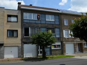 Deze uitstekend gelegen woning kan u situeren in de residentiële wijk/art deco wijk van Ronse nabij scholen, centrum en winkelcentra's. De woning
