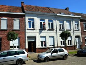 Deze zeer ruime karaktervolle, verder te renoveren woning is gelegen in een rustige straat doch nabij het centrum van Ronse. Indeling van, de woning: