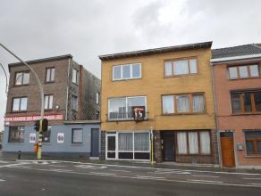 Deze ruime gezinswoning op de binnenring van Gent bestaat op het gelijkvloers uit een inkomhal, ruime leefruimte (salon + eetplaats) en een lichtrijke