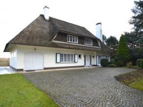 Deze villa kan u terugvinden langshéén 1 van de belangrijke invalswegen van Ronse. Indeling gelijkvloers: Inkomhal, vestiare, apart toil