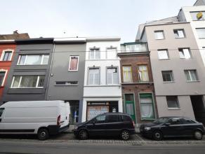 Rijwoning in centrum Gent met vernieuwde gevel. Op de gelijkvloerse verdieping bevindt zich de keuken en badkamer met douche en toilet. Op de eerste e