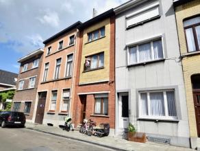 In deze bruisende buurt treffen we deze interessante woning bestaande uit een afzonderlijke inkom met toegang naar de ruime woonkamer (34,5m²), b
