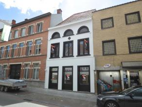 Deze ruime woning kan u terugvinden in het centrum langs één van de winkelstraten van Ronse, met openbaar vervoer, scholen, winkels en a