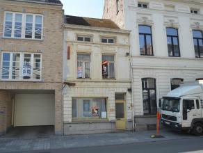 Deze woning kan u terugvinden pal in het stadscentrum van Ronse, op 500m van de Grote Markt! Indeling: inkomhal, voorplaats, eerste woonkamer, 2 bergi
