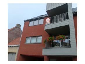 Quasi nieuwbouwappartement gelegen op de tweede verdieping (lift aanwezig ), inkomhal, leefruimte met open ingerichte keuken (vaatwasmachine - keramis
