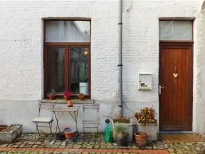 Gent, Phoenixstraat 136: Charmante authentieke rijwoning in gezellige cité. Omvat leefruimte met keuken, badkamer met douche, lavabo en toilet,