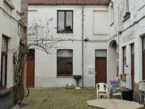 Gent, Phoenixstraat 128: Charmante authentieke rijwoning in gezellige cité. Het gelijkvloers is verdeeld in 2 plaatsen, eetruimte, zitruimte en