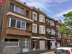 Gent, Sint-Denijslaan, op 200 m van het Sint Pietersstation: Gebouw met enerzijds een éénslaapkamerappartement op het gelijkvloers en an