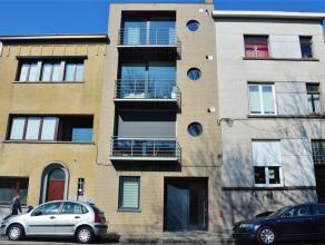 GENT - KONINGIN FABIOLALAAN 87: Duplex appartement op het gelijkvloers nabij Sint-Pietersstation met ruim terras van 70 m². Het appartement besch