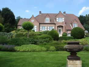 Deze stijlvolle villa is volledig instapklaar en voorzien van een magnifieke tuin. De woning is opgetrokken uit hoogwaardig materiaal. Ook voor de bin