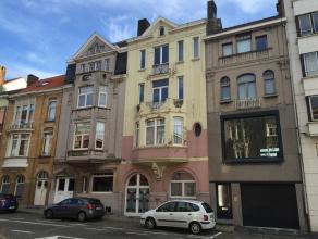 Dit zeer groot herenhuis met terrassen en garage is perfect gelegen nabij het Citadelpark en St-Pietersstation en op-afritten E17/E40/R4.<br /> De won