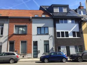 Gerenoveerde woning met groot terras, vlakbij UZ/Ledeganck/Citadelpark. Op gelijkvloers: inkomhall, apart toilet, ing keuken met toestellen, living me