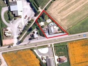 2.329 m² bouwgrond met daarop bestaand, te renoveren handelspand, op commerciële ligging langs baan Gent-Eeklo (N9). Voorkant perceel gelege