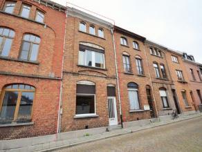 Stijlvolle karaktervolle woning in de stad met een zeer gezellige stadstuin in het mooie centrum van Sint-Amandsberg aan de Jozef Gerardstraat. Deze r