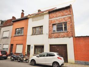 Grote woning met renovatie voorzien van maar liefst zes slaapkamers en twee handige garages één aan de voorzijde en één aa