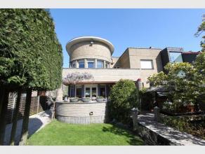 Centraal gelegen modernistische villa, dit in een grote en zonnige tuin - met zwembad en authentiek buitenhuisje voor vrienden of bezoekers- ruime par