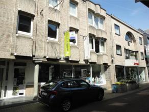 Mooi appartement op eerste verdieping in een gezellige winkelstraat, vlakbij de markt van Wetteren. Appartement omvat inkom met vestiaire, ruime livin