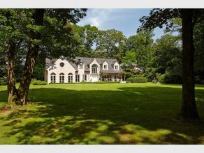Recente villa in landelijke stijl, uiterst rustig en residentieel gelegen te midden van de bossen, op een perceel grond van 4.992 m2. Op de gelijkvloe