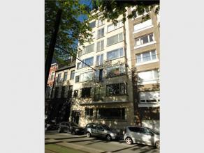Dit bijzonder ruim appartement (190m²!) strekt zich uit over de volledige 4e verdieping van het gebouw. Het appartement bestaat uit een statige i