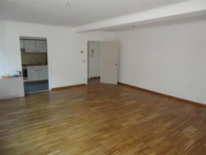 Mooi vernieuwd appartement op eerste verdieping in een gezellige winkelstraat, vlakbij de markt van Wetteren. Appartement omvat inkom met vestiaire, r