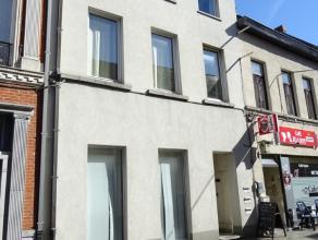Instapklaar duplex appartement in het centrum van de gemeente op slechts 100 m van de Markt.Dit appartement gelegen op de tweede verdieping en omvat :