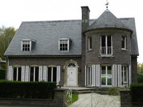 Zeer mooi gelegen ruime alleenstaande villa met tuin en ondergrondse garage.Deze villa met imposante inkomhal en marmeren trap omvat :Ruime living van