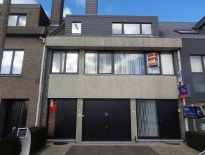 Mooi gelegen woning type bel-etage met terras.Deze woning omvat :Inkomhal en garage voor 1 wagen.1e verdiep : hall, toilet, aangename zeer ruime livin