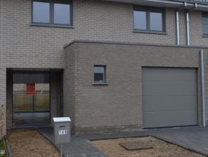 Bijzonder rustig en goed gelegen instapklare super energiezuinige nieuwbouw woning met garage en tuin.Deze moderne hedendaagse woning omvat :Inkomhal,
