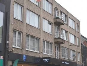 Uiterst centraal en rustig gelegen ruim lichtrijk appartement op de derde verdieping boven kledingzaak VAN DE WALLE.<br /> Dit appartement met lift om