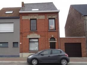 Zeer ruime woning gelegen te Kwatrecht bijna recht tegenover garage De Rocker.<br /> Deze gerenoveerde woning omvat :<br /> Inkomhal, ruim bureel, zee