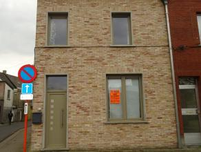 Leuk instapklaar duplex appartement op eerste verdiep vlakbij het Station.<br /> Dit appartement omvat :<br /> Inkomhal, knusse living met open ingeri