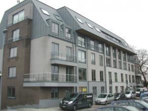 Zeer mooi centraal gelegen gelijkvloers appartement.<br /> Dit appartement omvat :<br /> Inkomhal, living van 20 m², ingerichte open keuken uitge