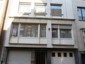 Sint-Niklaas, Regentiestraat 18 :In het centrum gelegen zeer grote burgerwoonst met praktijkruimte of kantoren. Gelijkvloers: inkom, 4 afzonderlijke k